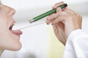 Kontrolle durch den Arzt bei Halsschmerzen
