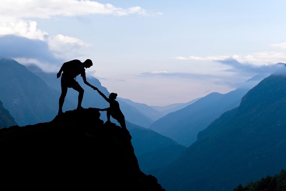Erklimmen eines Berges im Team