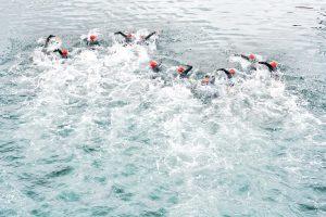 Triathleten beim Schwimmbewerb